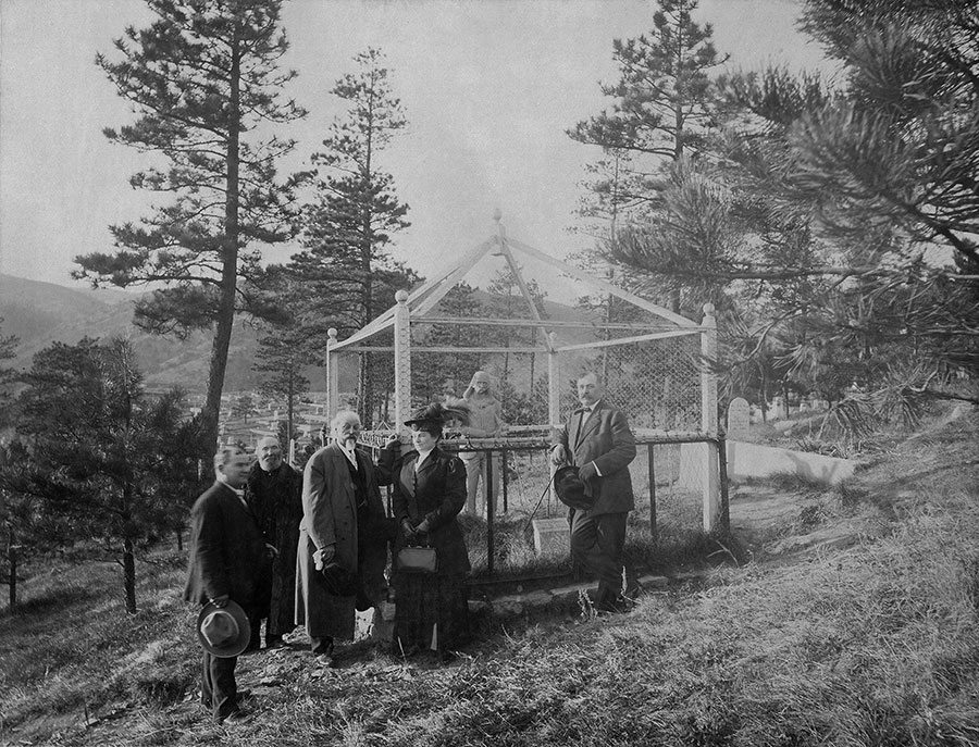 Buffalo Bill Cody at Wild Bill's grave in South Dakota in about 1914. MS 6 William F. Cody Collection. P.69.1069