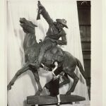 Gertrude Vanderbilt Whitney with her Buffalo Bill – The Scout sculpture | ca. 1923 | P.69.185
