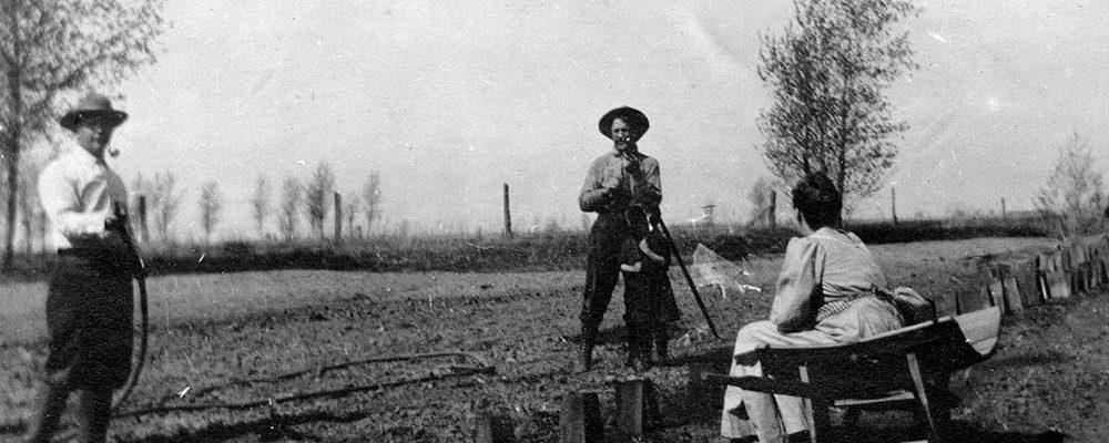 Making a garden, 1909. P.6.647.04a