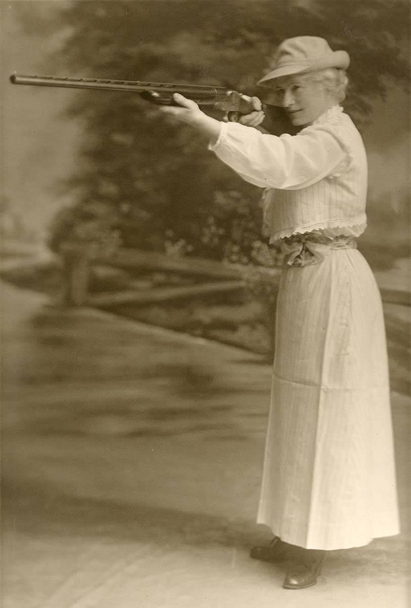 Annie Oakley holding a rifle, black and white photograph, MS 006 William F. Cody Collection, McCracken Research Library. P.69.0932